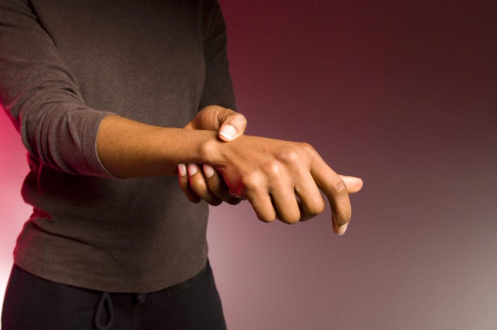 болит косточка на запястье лечение